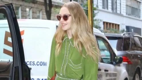 《妈妈咪呀》阿曼达·塞弗里德身穿绿色连衣裙,现身纽约时装周