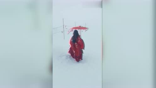 在阿尔卑斯少女峰看到一个穿汉服的小姐姐,真是太令人惊讶了