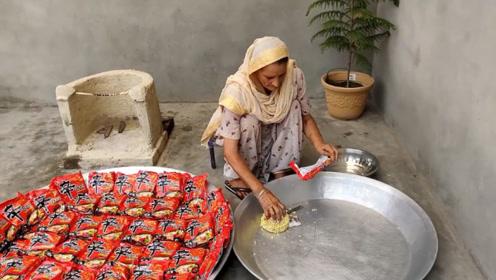 农村老奶奶煮一锅辛拉面,看完全程后,令我眼睛湿润了