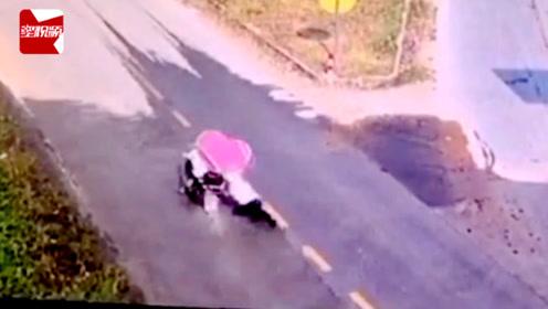 疯狂!男子无证驾驶暴力抗检,强行闯卡将交警拖行137米