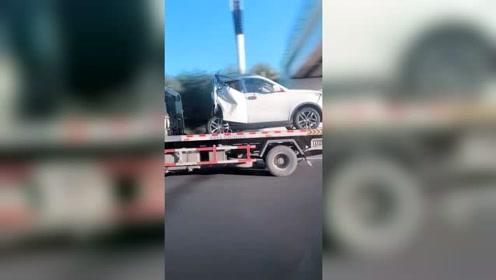 谁能告诉我这车是怎么撞的?SUV变成了smart