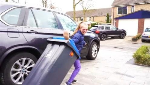 小萝莉把坏掉机器人扔垃圾桶,没想到被偷走了,差点闯大祸!