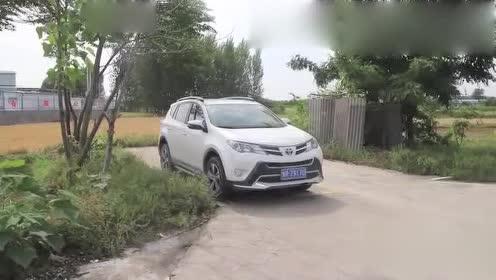 女司机倒车入库,一气呵成非常完美,这技术真令人佩服!