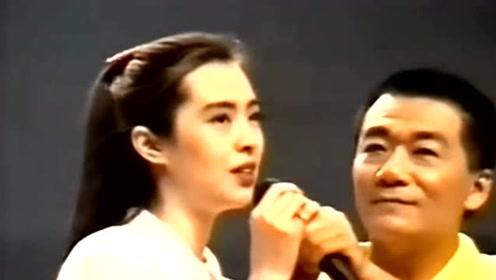 52岁王祖贤近照曝光 穿深红长裙站舞台朗诵经文状态佳