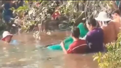 废弃的小水塘,频频传出怪声音,村民一网子下去欢呼雀跃!