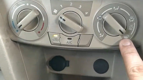 车上有个按钮,按下去就能够除去车窗雾,很多老司机表示很适用