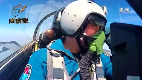 不沉航母现身!中国空军双座战机飞越岛礁机场,冲击感扑面而来