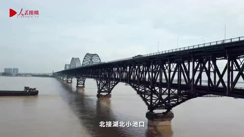 """头顶动车飞驰,脚下风高浪急,他们在""""空中吊篮""""检修长江大桥"""
