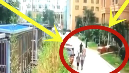 人神共愤!妈妈在小区内推婴儿车散步,疯狂女司机又来了!