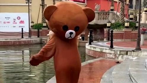 网红熊日常悲催时刻,不好好干活天天撩妹子,这下摔惨了吧