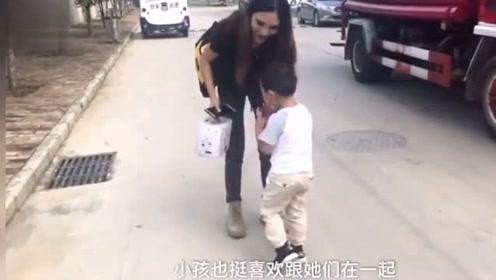 32岁父亲带4岁儿子读大学,同班女生还会帮忙带娃!