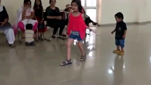 小女孩正舞蹈表演,不料弟弟忍不住冲上台,那个小眼神儿直接抢镜