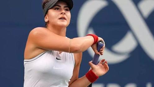 网球天才少女首进大满贯!场边脱下运动衣,球迷高呼:来值了