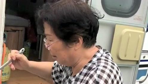 偶遇一对七十岁的老两口,带着自己的阿拉斯加,开着房车自驾游!