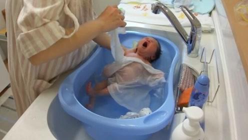 并不是每一个新生儿都怕洗澡,也有这样舒服到打哈欠的