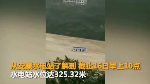"""吓人!陕西安康遭遇洪水 汉江洪流中惊现""""漂流""""房屋"""