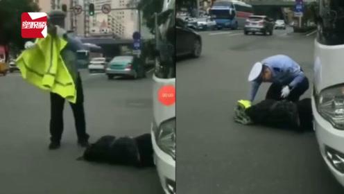 大型客车与电动车发生刮擦,车祸现场交警的这个动作被拍了下来