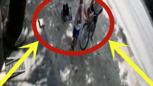两男子正在路边聊天,突然感觉头皮发麻,监控拍下恐怖一幕!