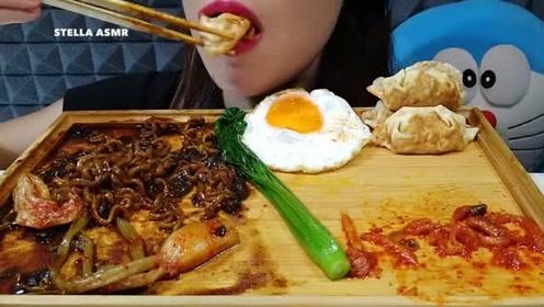 国外痣姐吃炸酱面+蔬菜,煎蛋和煎饺,不露脸大口大口吃的好香