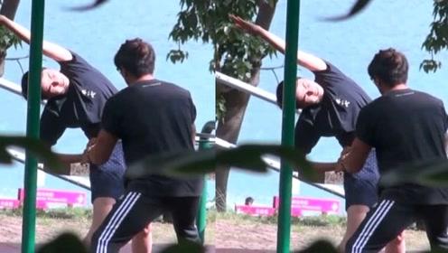郑伊健放假陪蒙嘉慧到公园健身,网友:真是十足的好男人呀