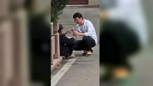 河南平顶山:暖心!小伙给路边老人买饮料喝,你咋看?