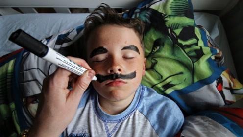 外国小哥趁弟弟睡觉,在他脸上画大胡子,网友:这真的是亲兄弟吗