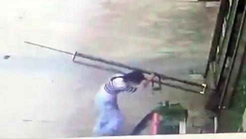 女子被300斤玻璃门砸骨折索赔遭拒 房东:不该我负责!