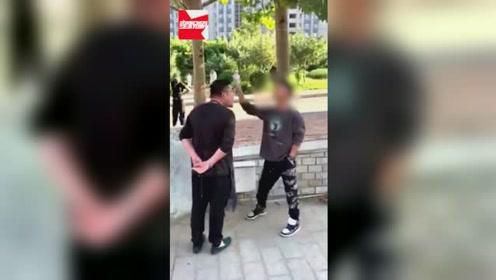 网曝男子把车停出口处,路人劝阻反被怼:我爸是狱警,看看谁硬