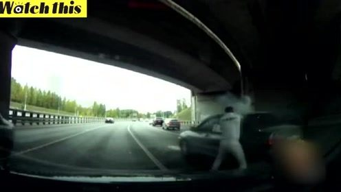 男子不甘被抢道下车评理 结果被对方发射的信号弹射中脖子