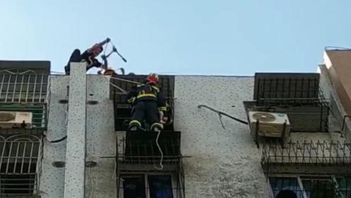 惊心!3岁女童被卡防盗窗身悬8楼窗外 消防员从楼顶索降救援
