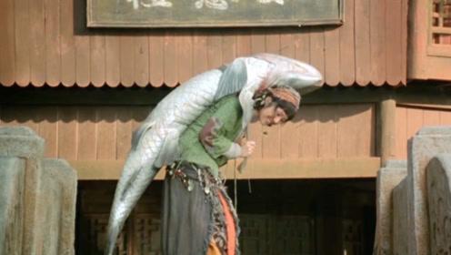 渔民救下奇怪女孩,每天背着百斤咸鱼,只为了隐藏身上的这个秘密