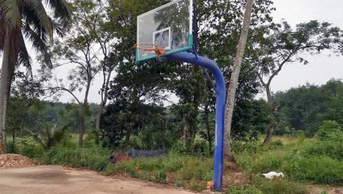 只有10户人家的小山村,拥有这么好的篮球场,有点浪费了