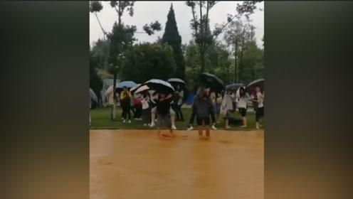 天降暴雨西南林业大学男生背女生涉水上课 网友:男友力爆棚!