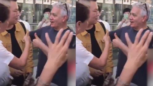岳云鹏遇上热情阿姨粉,被她强拽着介绍给外国友人:这是名人!