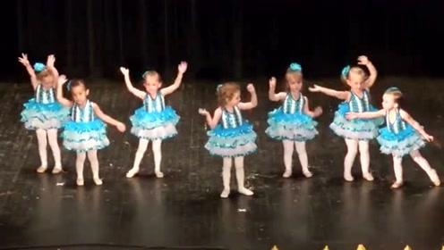 幼儿园舞蹈表演,边上小娃执着的非要挨着好朋友,台下都笑不行了