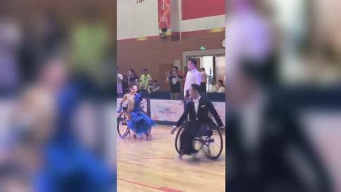 31岁帅小伙演绎轮椅上的拉丁舞:快速旋转急停托举