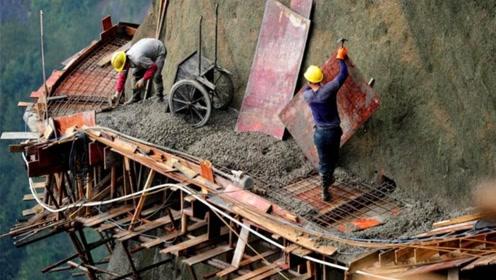 悬崖上面的农民工,一天工资600元,没有人敢拖欠他们工资