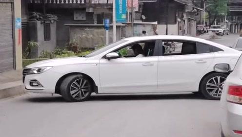 女司机倒车了,这技术真让人无语,难怪要远离女司机!