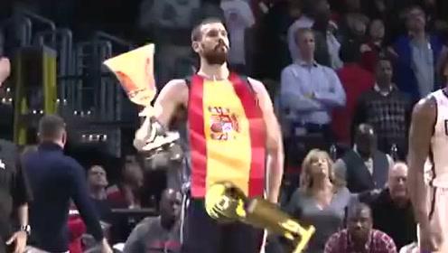 走路带风!恶搞小加连拿NBA总冠军和世界杯冠军奖杯
