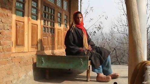 """印度美少女长出""""河豚脚"""",脚底经常无故膨胀,大冬天不能穿鞋!"""