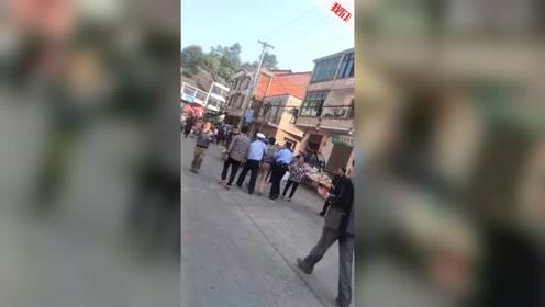湖南湘潭一拉沙卡车撞入赶集人群 已致10死16伤