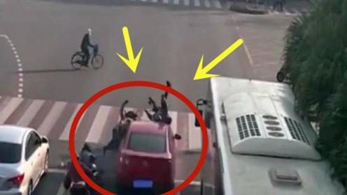 电车路口等红灯,突遭轿车袭击直接给撞飞,司机这是睡着了吗?