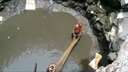 农田里有个水井 把水抽干后里面都是鱼!这鱼都哪来的?