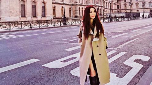 温碧霞穿卡其长风衣游巴黎 街头漫步笑容灿烂人景皆美
