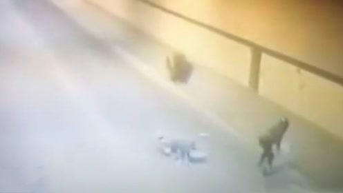 男子隧道里骑车 不幸被轮胎击中两次
