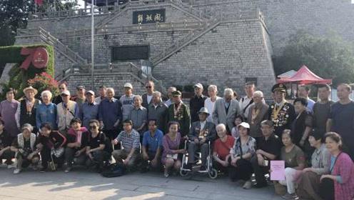 纪念济南解放71周年,老兵齐聚解放阁前思战友