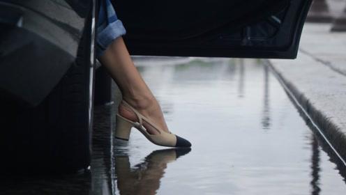 香奈儿鞋子太娇贵不能遇水,下雨天怎么办?模特亲自演示让人心酸