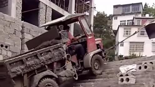 开挖掘机上楼梯,好嗨哟