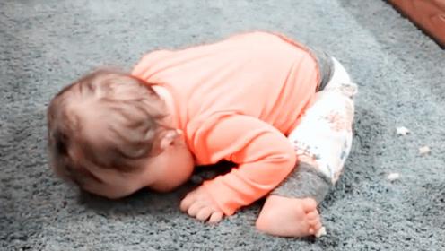 1岁娃坐走廊1个小时没动静,妈妈纳闷,凑近一看瞬间傻眼了