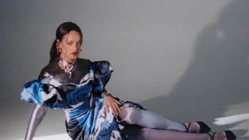蕾哈娜全黑look出席派对 黑发红唇自信满满气场足